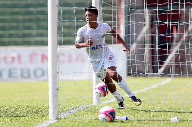 Marcos Leonardo faz hat-trick e comanda classificação do Sub-17