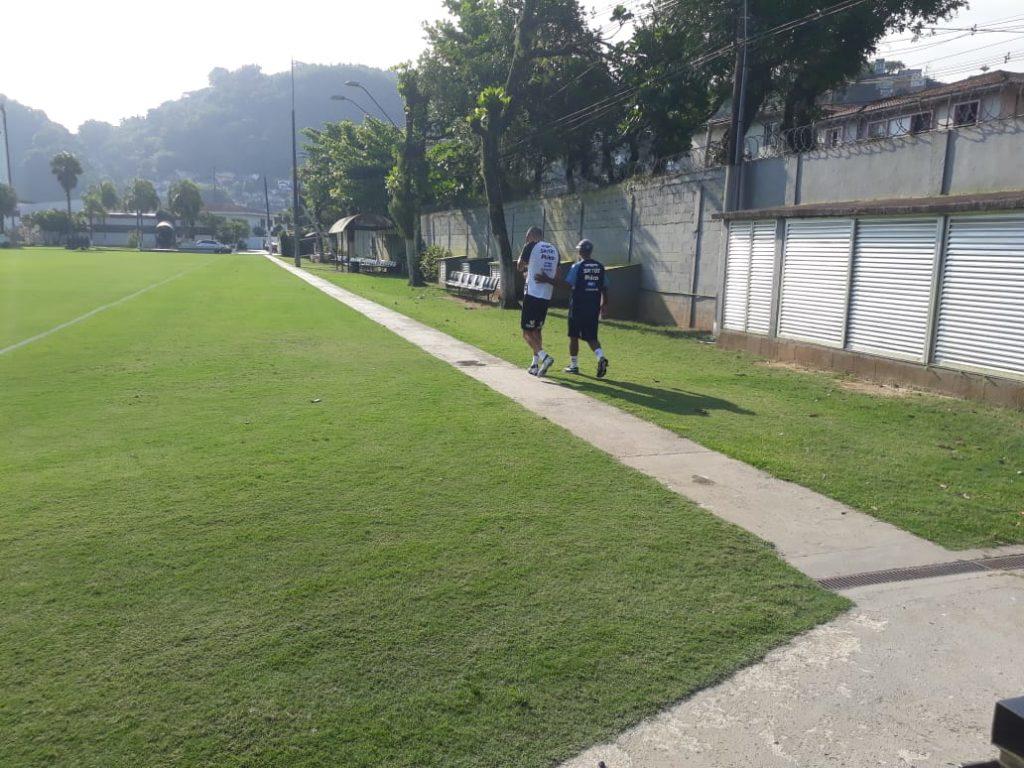 Kaique Rocha dá susto em treino e se torna dúvida