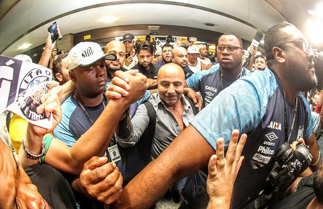Sampaoli é recebido com euforia pela torcida em São Paulo
