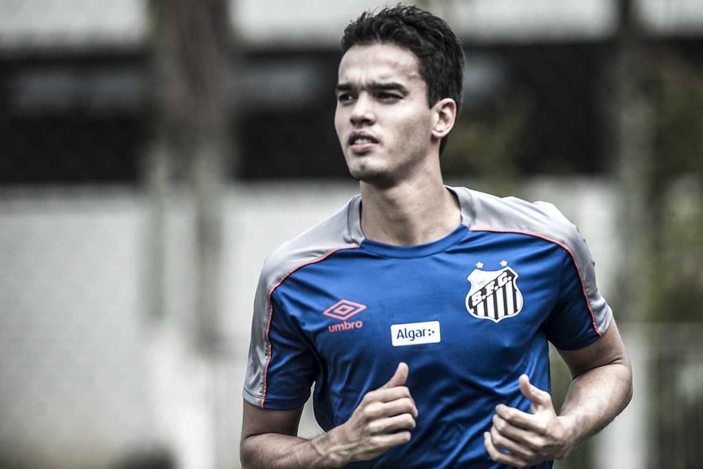 Felipe Aguilar treina com o Santos B para recuperar condicionamento físico