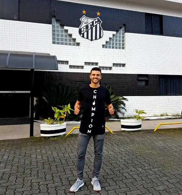 """Júnior Moraes visita o Peixe, """"clube mais famoso do mundo"""""""