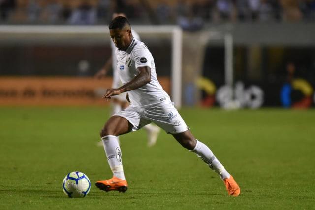Marinho entra, decide com golaço e coloca o Santos na liderança do Brasileirão