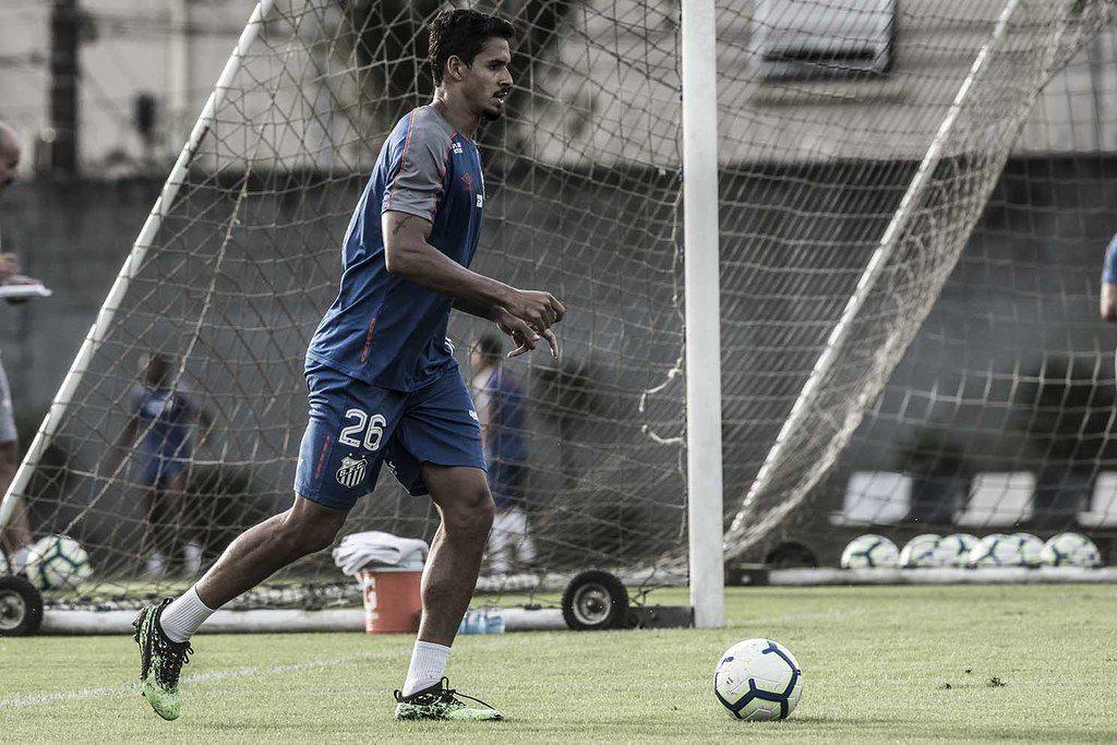 Veríssimo sente joelho e Santos vai ter nova dupla de zaga na estreia