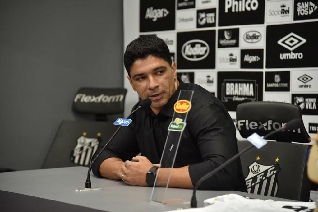 Renato vira gerente de futebol com contrato assinado