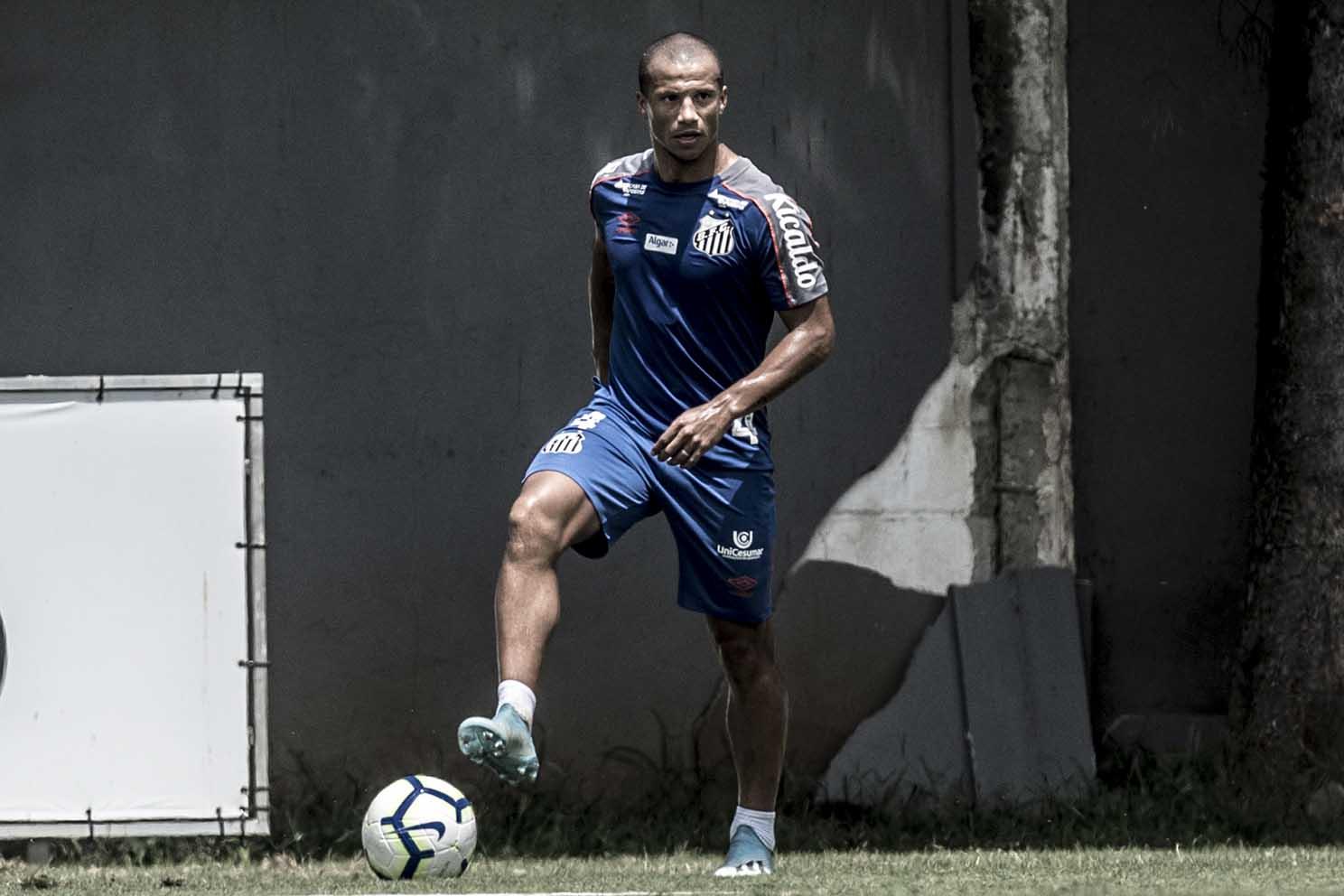 Carlos Sánchez não tem lesão e pode ser opção no clássico