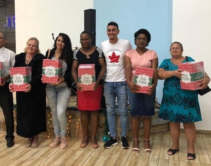 Diego Pituca distribui cestas em sua cidade natal