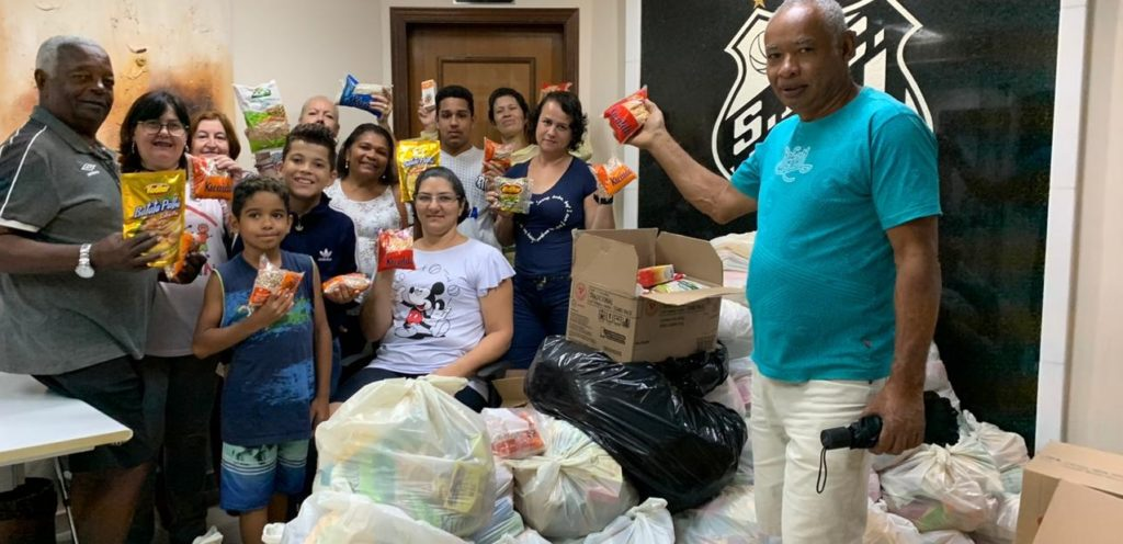 Peixe doa mais de uma tonelada de alimentos para entidades beneficentes