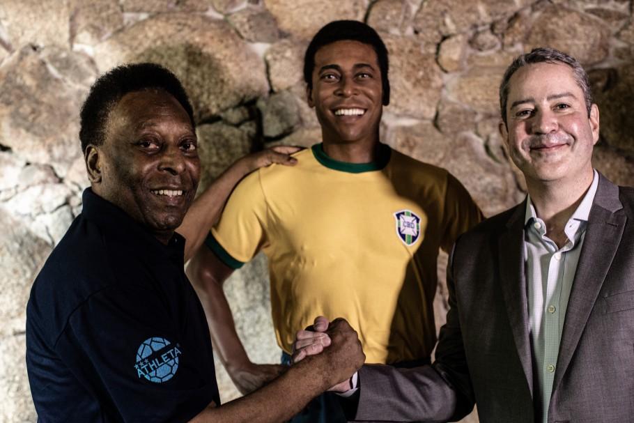 CBF inaugura estátua em homenagem ao Rei Pelé em seu museu