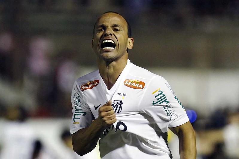 Com recorde, Léo é eleito o melhor lateral-esquerdo do Santos no Século XXI