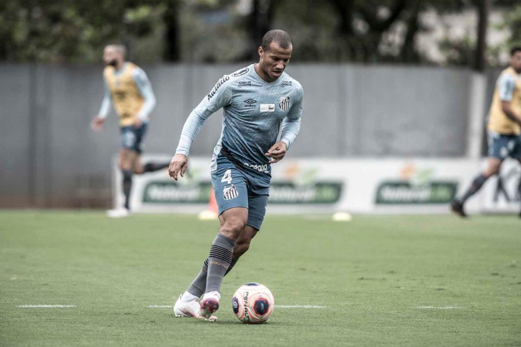 Santos intensifica trabalhos com bola com retorno do futebol paulista marcado
