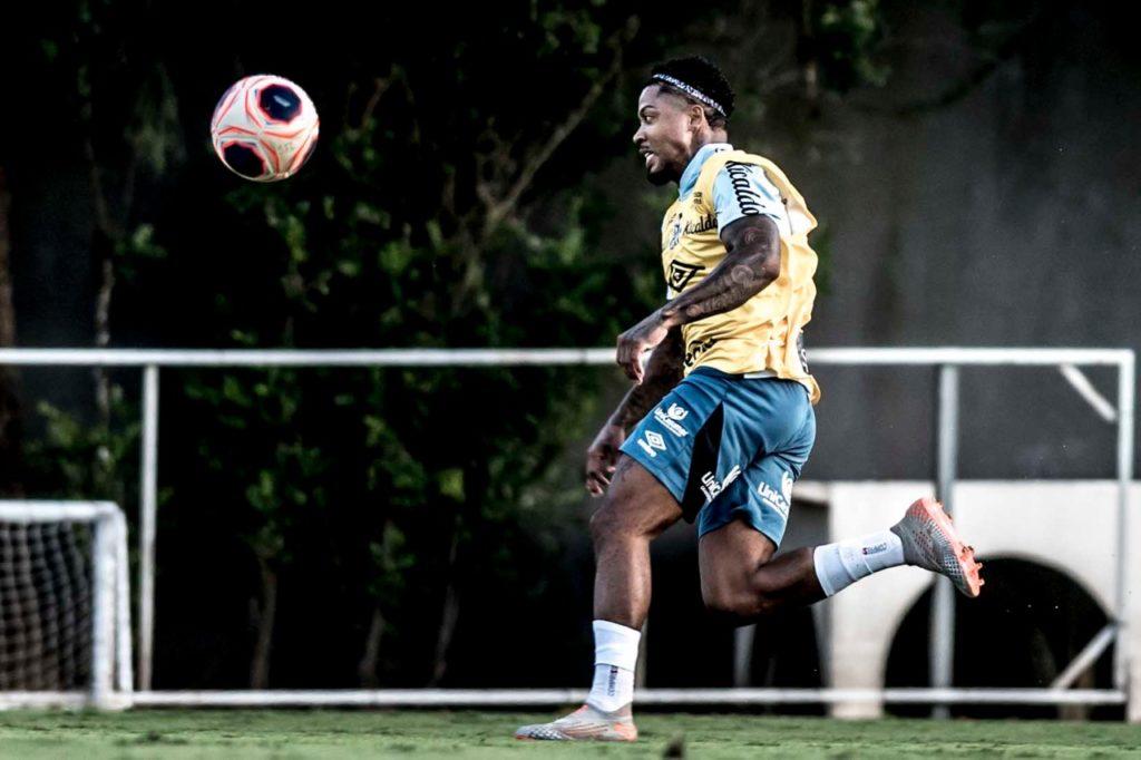 Marinho volta a trabalhar com bola e grupo aprimora passes e finalizações
