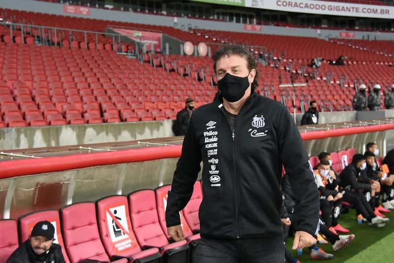 Cuca cita falta de confiança e de tempo de treinamento no Santos