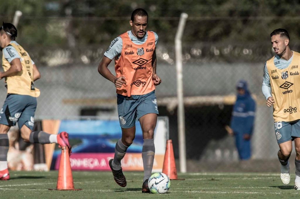 Luiz Felipe é a novidade no treino do Santos nesta segunda