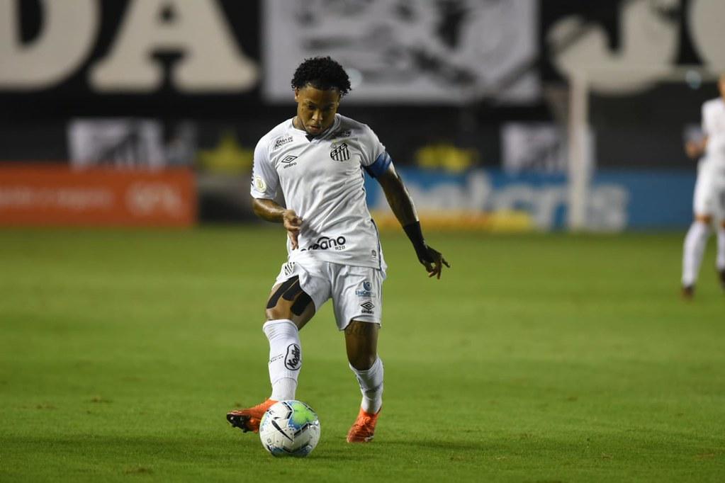 Cuca explica Marinho capitão e quer atacante curtindo brincadeiras