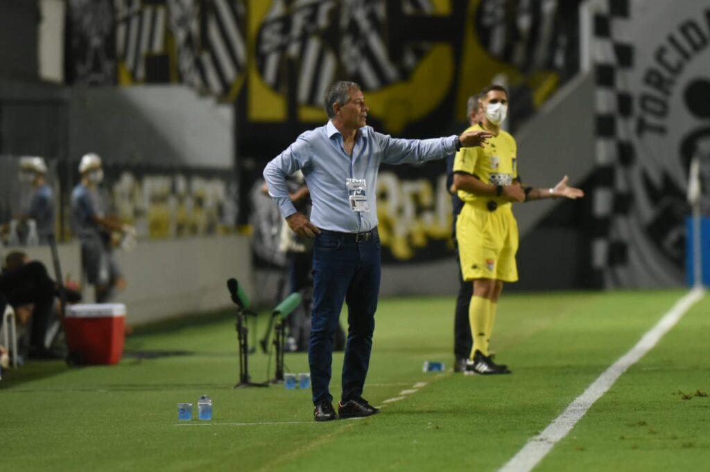 Vídeo: Ariel Holan analisa empate entre Santos e Botafogo