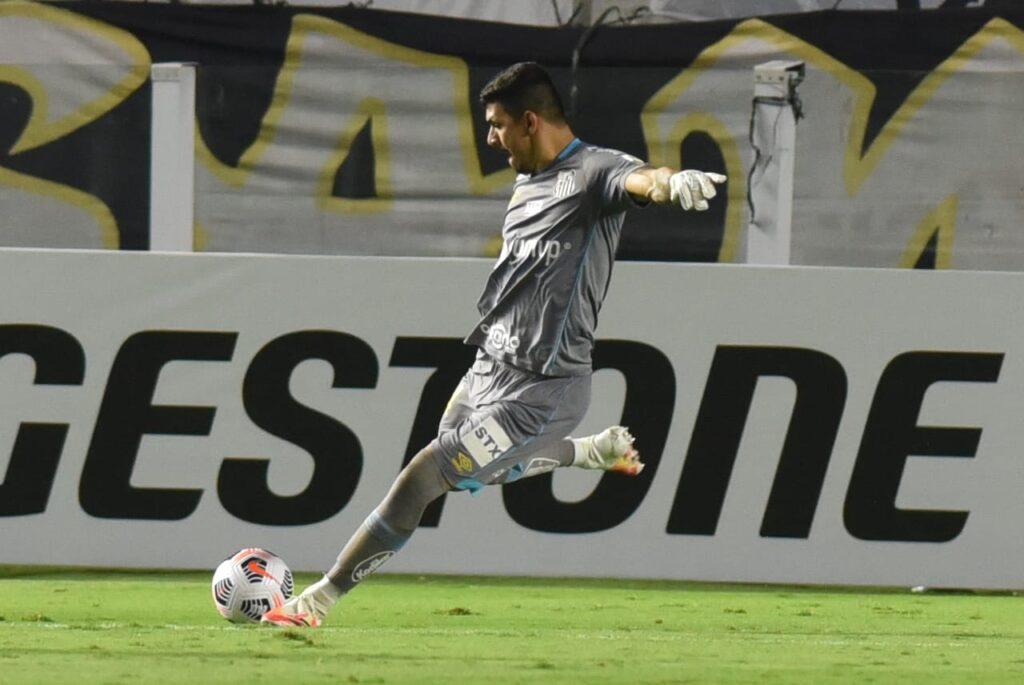 João Paulo aponta dedo de Fernando Diniz no gol da vitória do Santos
