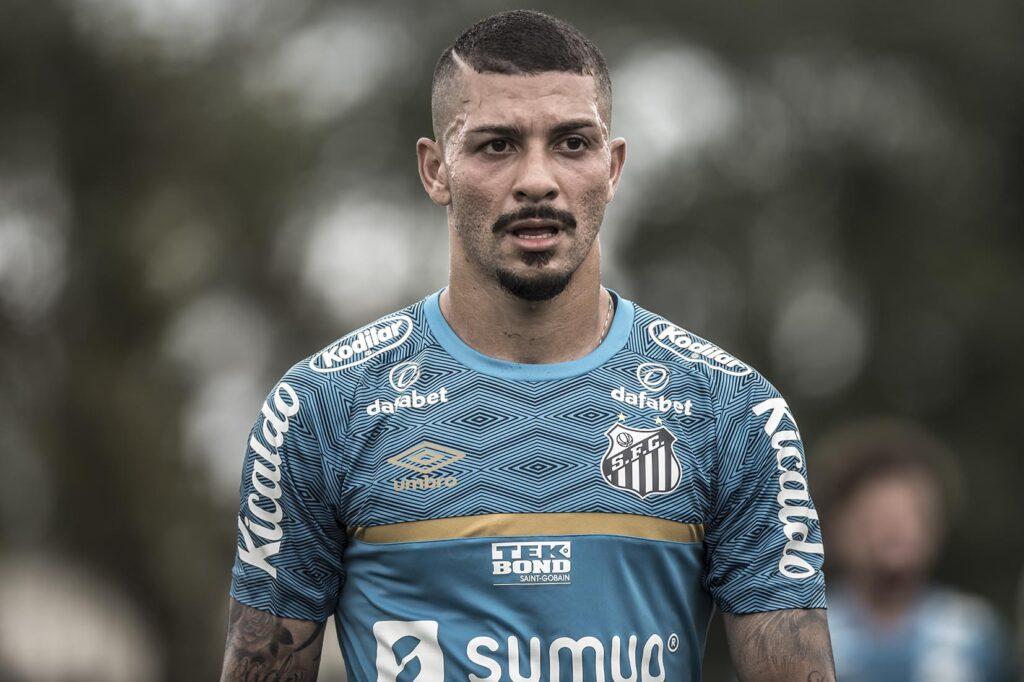 Fernando Diniz elogia Alison, mas aceita venda do volante pelo Santos